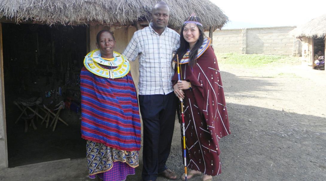 タンザニアでマサイ族文化を体験する日本人ボランティア